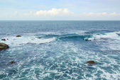 Beautiful ocean waves and blue sky — Stock Photo