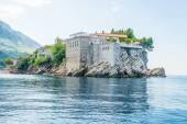 The famous island hotel with an ancient fortress and stone houses of Sveti Stefan in Montenegro — Foto Stock