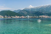 The Mediterranean coast, beaches, hotels in Budva mountains in the background. Montenegro — Stock fotografie