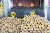 The famous oriental market in Istanbul Nuts and fruits on display — Foto de Stock