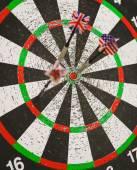 Viejo dartboard de perforación con banderas en dardos — Foto de Stock