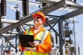 Middle-aged electrician holding clipboard — Foto de Stock