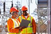 Inženýři pracující v elektrické rozvodny — Stock fotografie