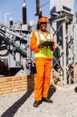 Afro Amerikan elektrik mühendisi elektrik santrali — Stok fotoğraf