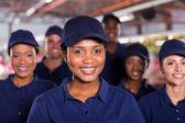 молодой африканский фабричный рабочий с коллегами — Стоковое фото