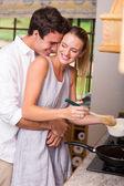 若いカップルが一緒に料理 — ストック写真