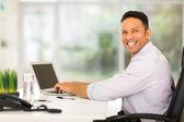 オフィスのコンピューターを使用してビジネスの男性 — ストック写真
