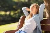 Mladá žena relaxační — Stock fotografie