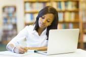 Studente studiare in biblioteca — Foto Stock