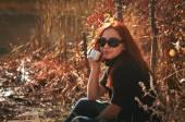 保温する魔法瓶からお茶を飲む女性 — ストック写真