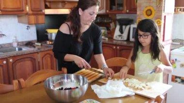 Женщина, в приготовление пищи с дочерью — Стоковое видео