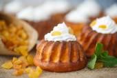 Muffins with cream cheese and raisins — Stock Photo