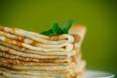 Molte sottili frittelle su un piatto — Foto Stock