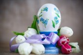 Decorative easter egg with a bouquet of spring tulips  — Stock Photo