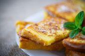 Sweet toast fried egg sprinkled — Stock Photo