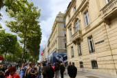 Turystów spacer na ulicy Champs-Elysees, Paryż, Francja. — Zdjęcie stockowe