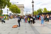 Tourists stroll at Champs-Elysees street and the Arc de Triomphe — Stock Photo