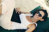 Mulher com o laptop — Fotografia Stock