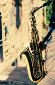Saxophonist playing on saxophone — Stock Photo