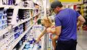 Dad and daughter buying food — Stock Photo