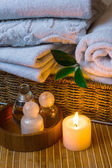Lázně s ručníky a svíčka — Stock fotografie