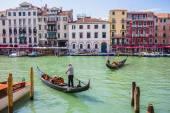 I turisti in viaggio su gondole a canale — Foto Stock