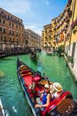 Touristes voyagent sur gondoles au canal — Photo