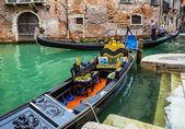 Туристы едут на гондолах в канал — Стоковое фото