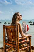 Joven sentado en silla — Foto de Stock
