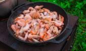 Cooking frozen shrimp in  frying pan — Stock Photo