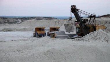 Těžké důlní sklápěč je naloženo s železnou rudu — Stock video