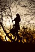 Woman with bike silhouette — Stockfoto