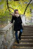 Девушка позирует на лестнице — Стоковое фото