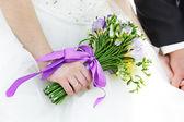 свадебный букет цветов в руках невесты — Стоковое фото