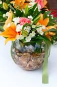 Vacker brudbukett liljor och rosor på en bröllopsfest — Stockfoto