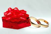 Wedding gold ring, decorations for a wedding celebration.  — 图库照片