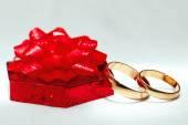 Anillo de oro, adornos para la celebración de una boda de la boda. — Foto de Stock
