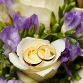 Gold wedding rings on a bouquet of flowers for the bride  — Stockfoto