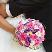 A noiva no casamento está segurando um buquê de flores — Fotografia Stock