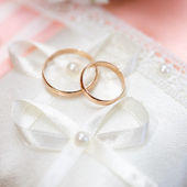 Wedding gold rings bride and groom on decorative pillow. — Foto Stock