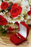 Doos van de gift, trouwringen en bloemen voor de bruid. — Stockfoto