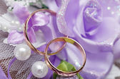 Bruiloft gouden ring, decoratie voor een huwelijksfeest. — Stockfoto