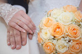 Hand of the groom and the bride with wedding rings at a wedding — Stock Photo