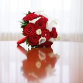 Beautiful bridal bouquet of roses at a wedding party — Foto de Stock