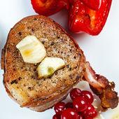 Bistecca fritta in pancetta con mirtillo rosso, pepe, miele e aglio. — Foto Stock