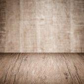 Tabela z drewnianą ścianę — Zdjęcie stockowe