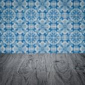 木桌顶和模糊复古瓷砖图案墙 — 图库照片