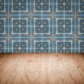 木桌顶和模糊陶瓷墙地砖 — 图库照片