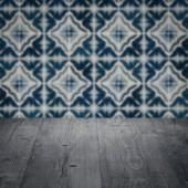 Tischplatte Holz und Fliesen Wand verwischen — Stockfoto