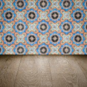 木製テーブルの上およびぼかしセラミック タイルの壁 — ストック写真